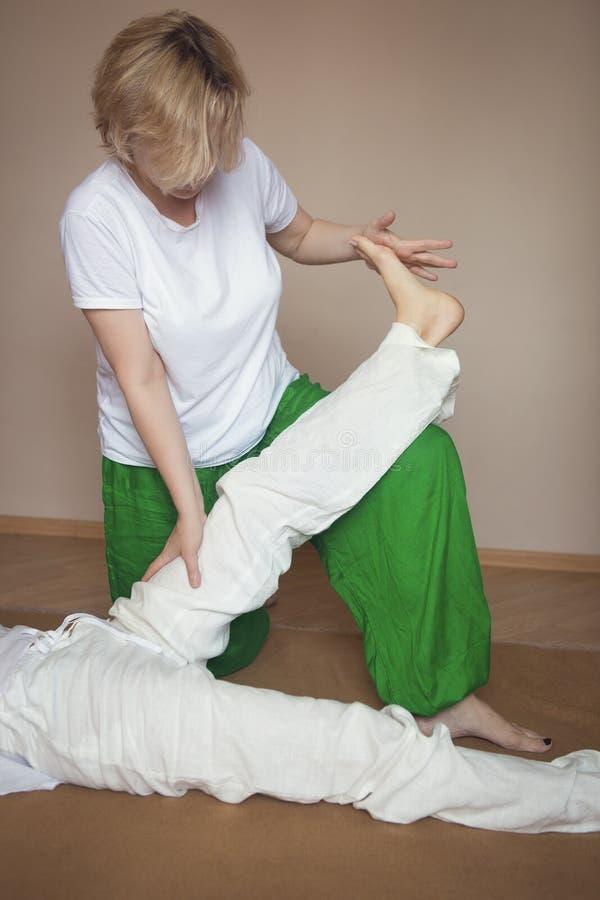 Giovane donna che ha trattamento di massaggio immagine stock libera da diritti