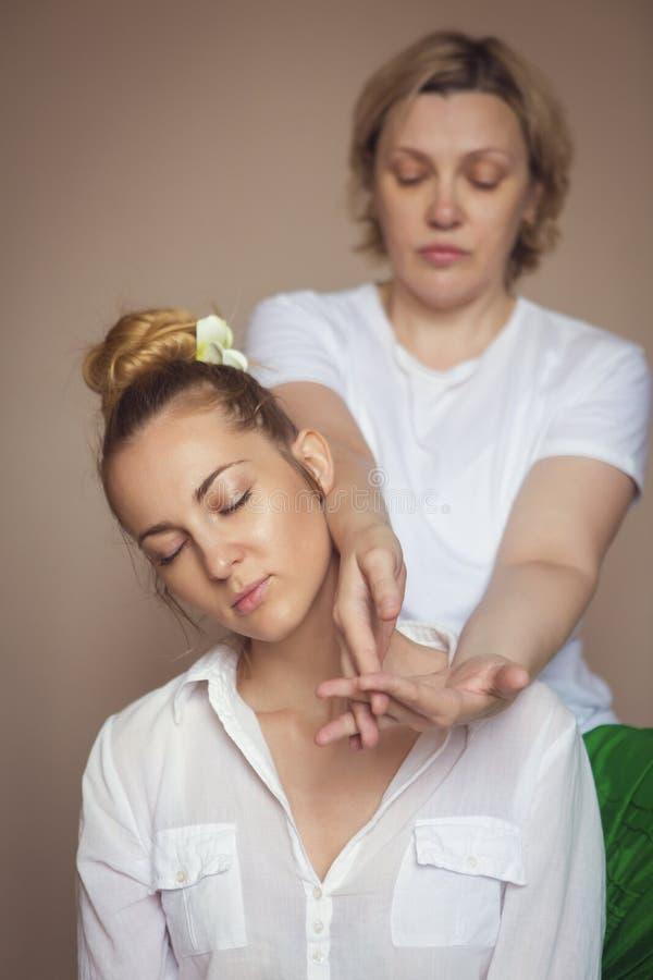 Giovane donna che ha trattamento di massaggio fotografia stock libera da diritti