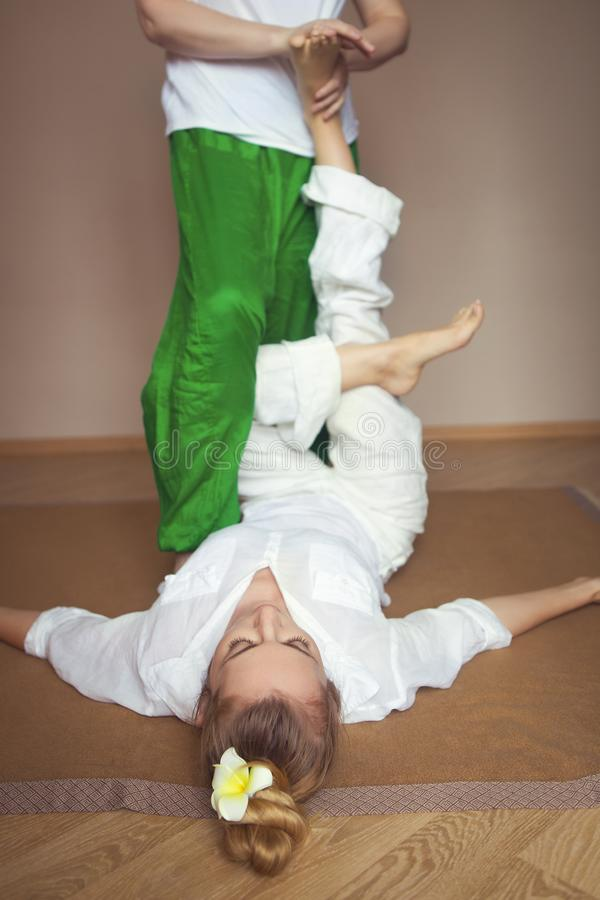 Giovane donna che ha trattamento di massaggio immagini stock libere da diritti
