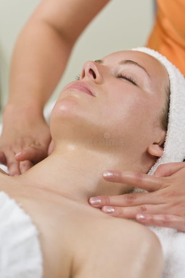 Giovane donna che ha trattamento facciale alla stazione termale di salute immagine stock libera da diritti