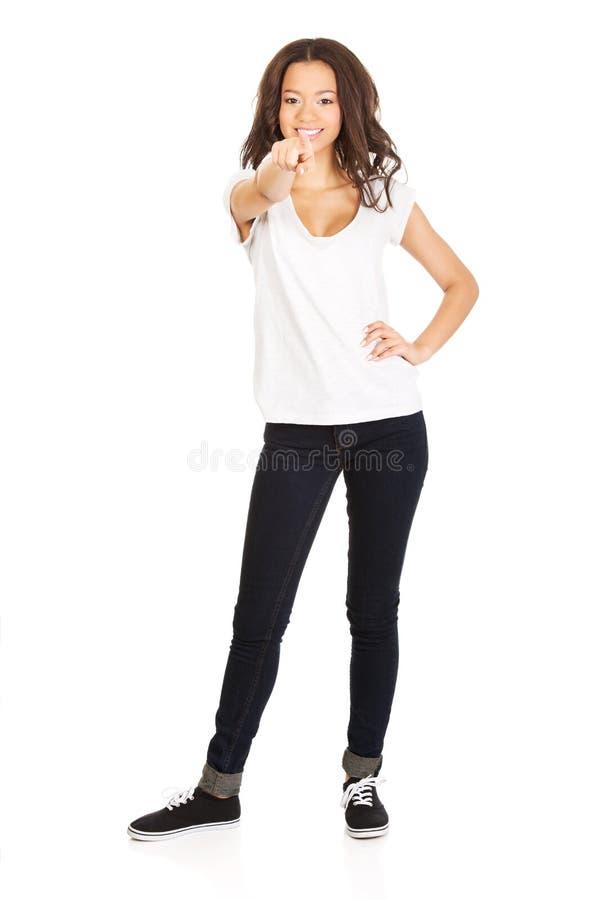 Giovane donna che indica su voi fotografia stock libera da diritti