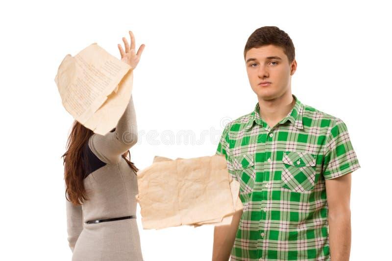 Giovane donna che lancia da parte le carte fotografia stock
