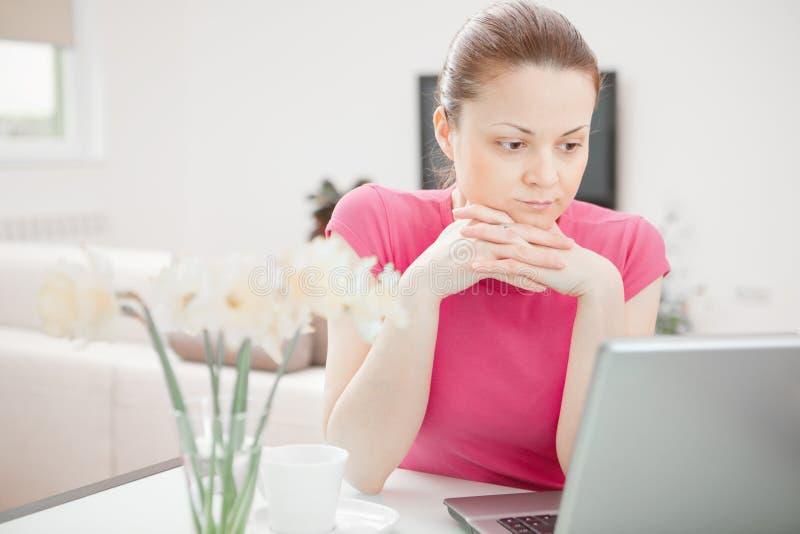 Giovane donna che lavora al computer portatile fotografie stock libere da diritti