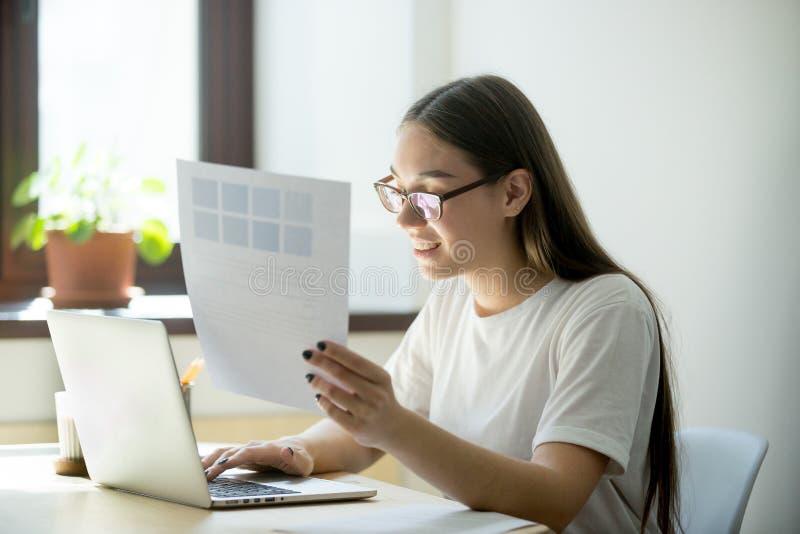 Giovane donna che lavora online immagini stock