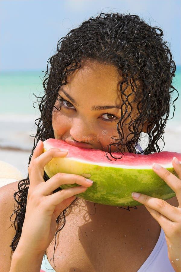 Giovane donna che mangia anguria fotografia stock libera da diritti