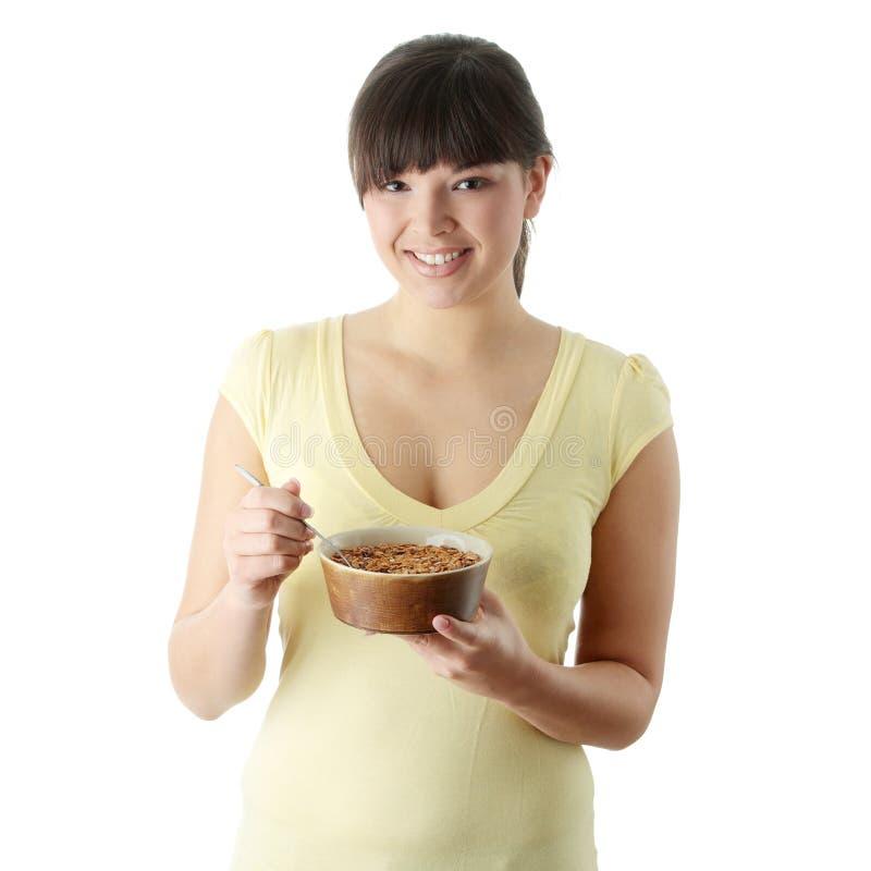 Giovane donna che mangia mussola immagine stock libera da diritti