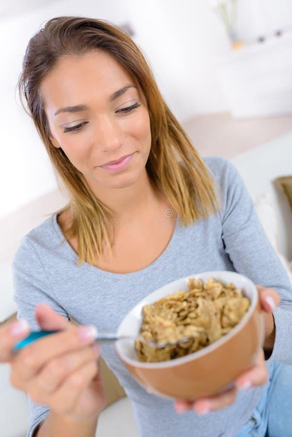 Giovane donna che mangia purè di patate ciotola immagini stock