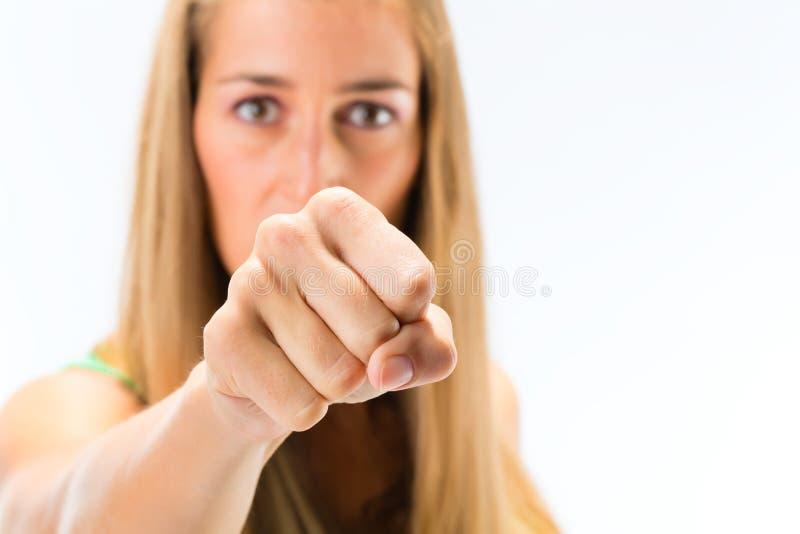 Giovane donna che mostra perforazione fotografie stock libere da diritti