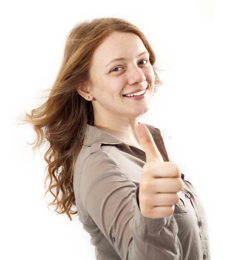 Giovane donna che mostra segno GIUSTO con il suo pollice su immagini stock libere da diritti