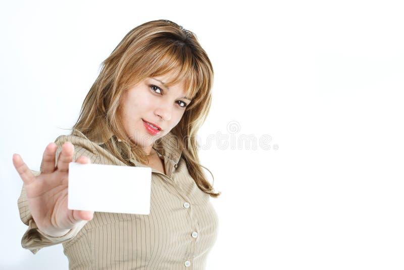 Giovane donna che mostra una scheda vuota immagini stock libere da diritti
