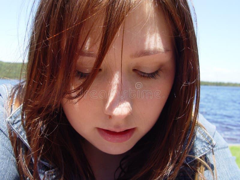 Giovane donna che osserva giù fotografia stock libera da diritti