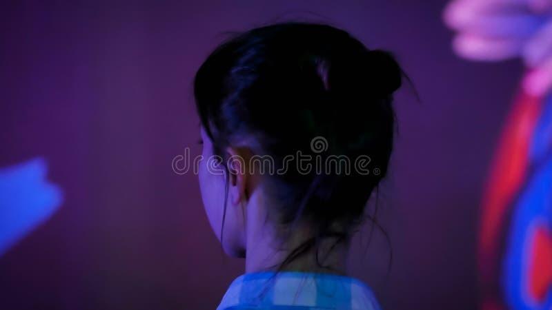 Giovane donna che osserva intorno la mostra immersive moderna immagine stock libera da diritti