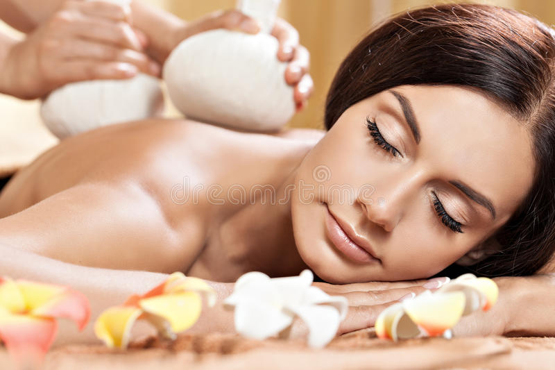 Giovane donna che ottiene massaggio nel salone della stazione termale immagini stock libere da diritti