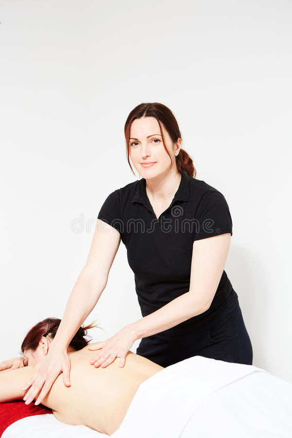 Giovane donna che ottiene massaggio posteriore fotografia stock libera da diritti