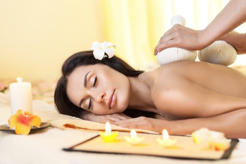 Giovane donna che ottiene massaggio in stazione termale tailandese immagini stock