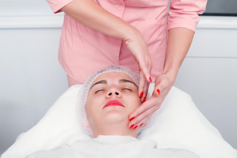 Giovane donna che ottiene trattamento della stazione termale al salone di bellezza immagini stock libere da diritti