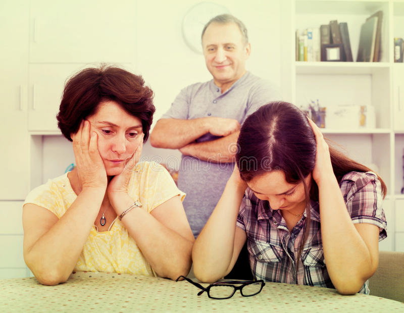 Giovane donna che parla con genitori maturi fotografie stock libere da diritti