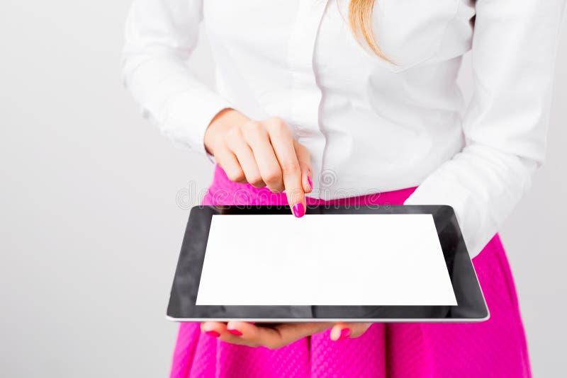 Giovane donna che per mezzo del calcolatore del ridurre in pani fotografia stock