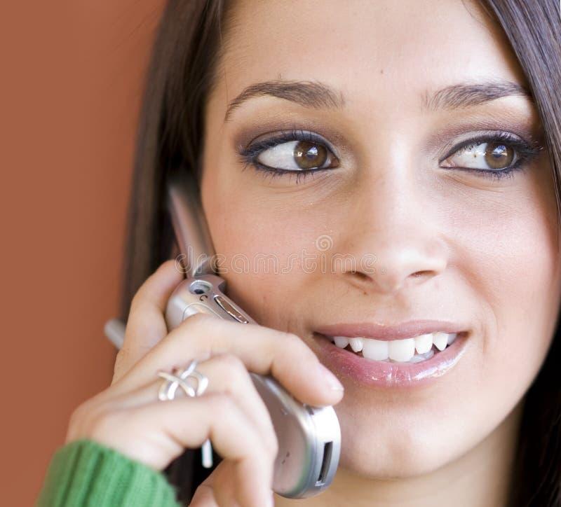 Giovane donna che per mezzo del telefono delle cellule fotografia stock libera da diritti