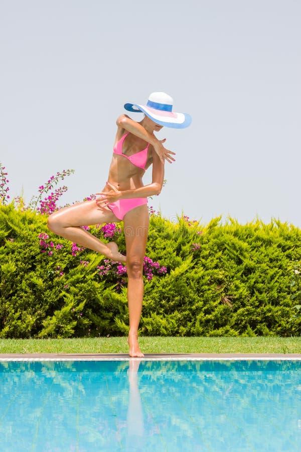 Giovane donna che porta un cappello di paglia immagini stock