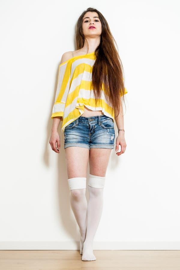 Giovane donna che posa come modello di moda fotografia stock libera da diritti