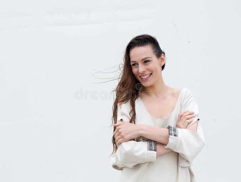 Giovane donna che posa con le armi attraversate immagini stock libere da diritti