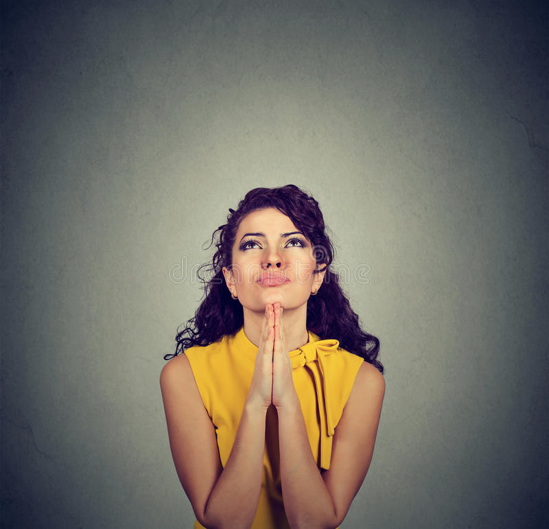 Giovane donna che prega cercare con la speranza fotografia stock
