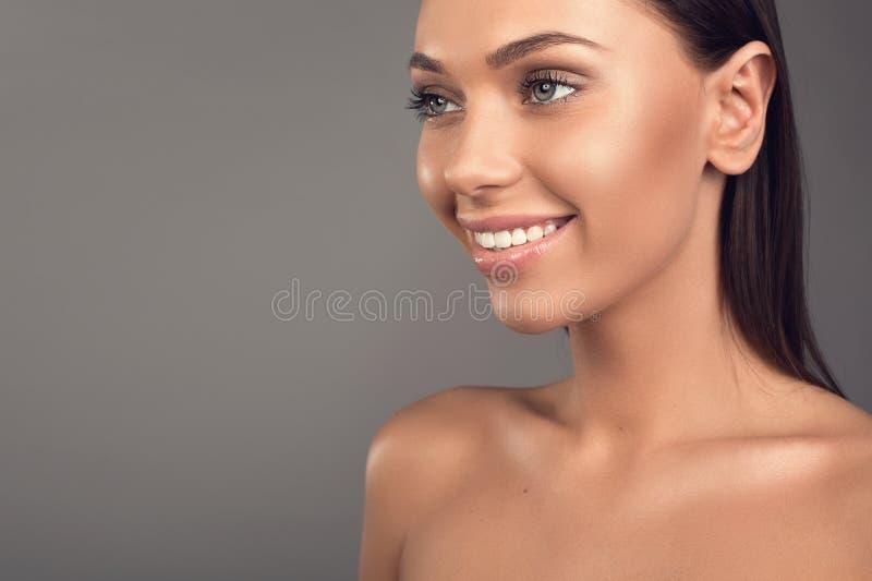 Giovane donna che prende cura di bellezza immagini stock libere da diritti