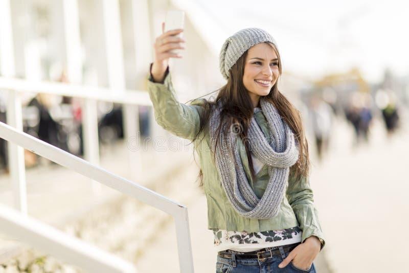 Download Giovane Donna Che Prende Selfie Fotografia Stock - Immagine di persona, adulto: 55360808