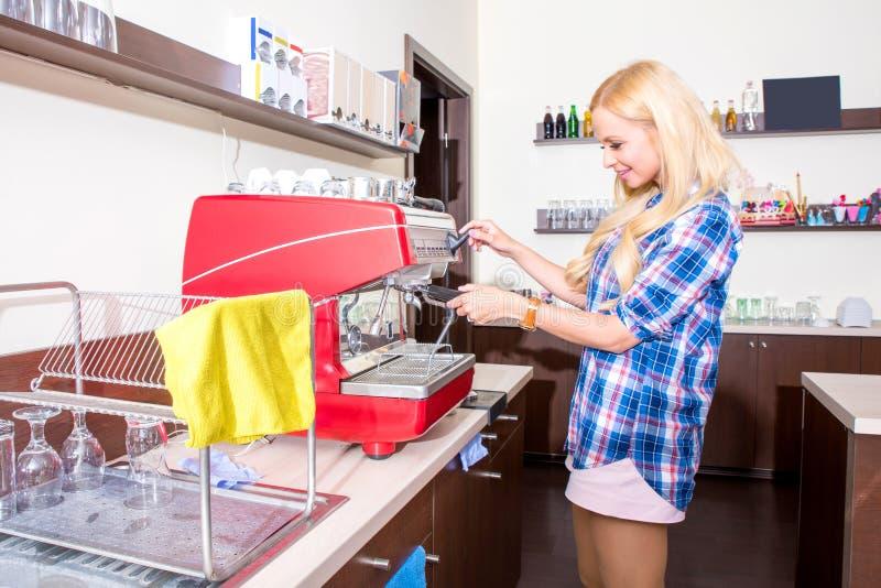 Giovane donna che produce caffè immagine stock libera da diritti