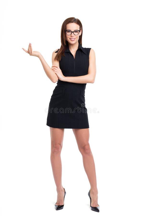 Giovane donna che promuove l'ente completo dello spazio vuoto isolato su bianco immagini stock libere da diritti