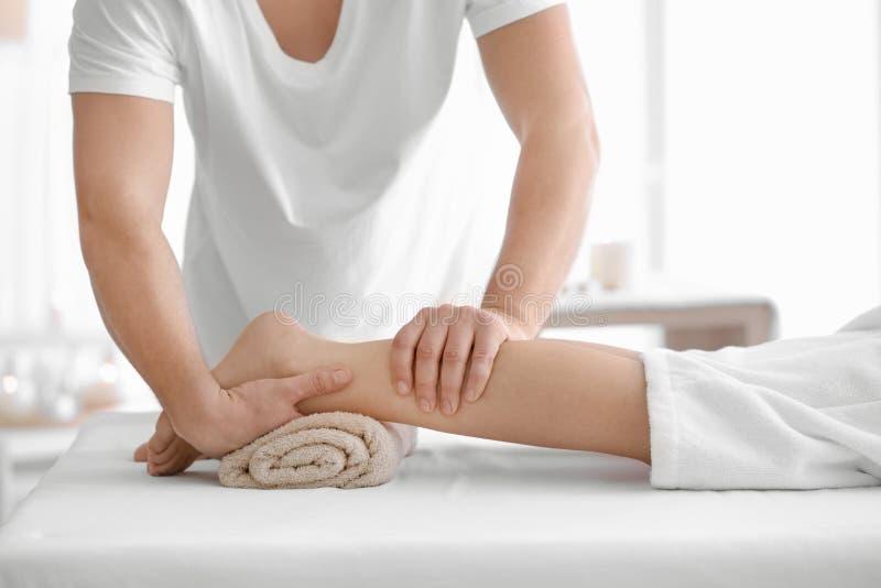 Giovane donna che riceve massaggio del piede fotografie stock