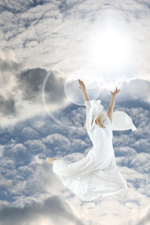 Giovane donna che salta sul cielo fotografia stock