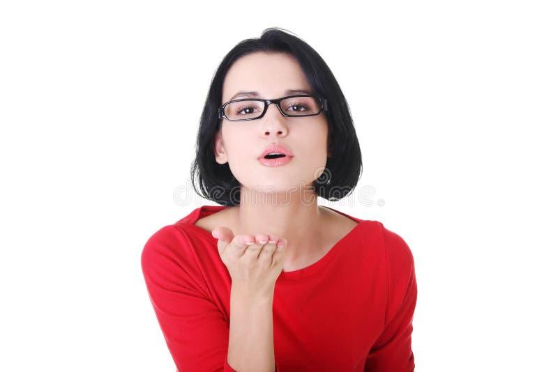 Giovane donna che salta un bacio fotografia stock