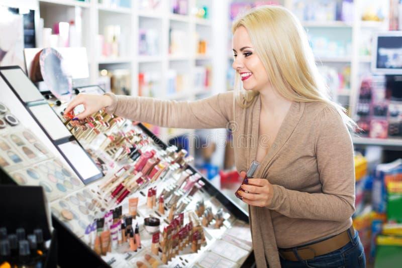 Giovane donna che sceglie labbro più grassoccio fotografia stock libera da diritti