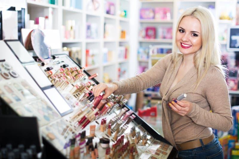Giovane donna che sceglie labbro più grassoccio immagini stock libere da diritti
