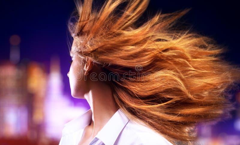 Giovane donna che scuote capelli fotografie stock libere da diritti