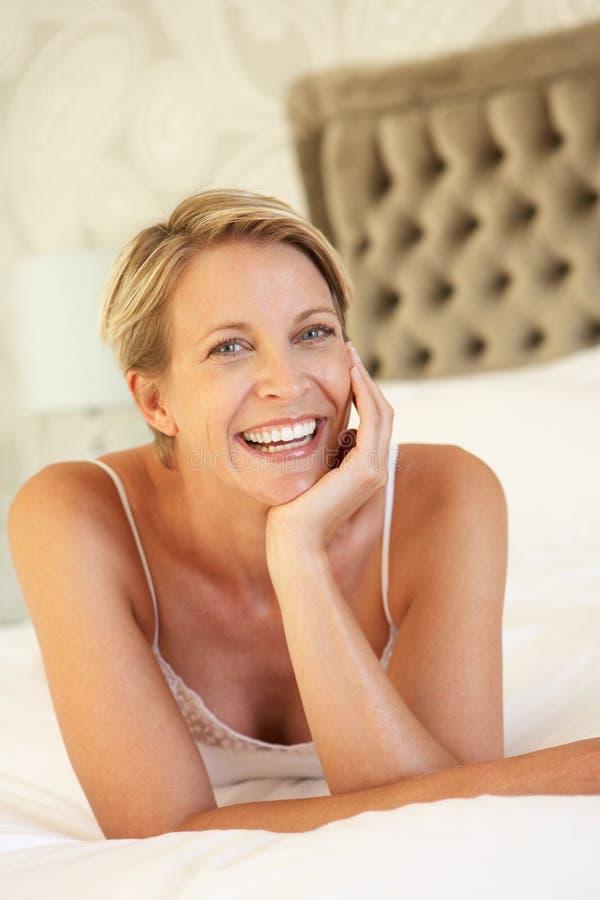 Giovane donna che si distende nella camera da letto fotografia stock immagine di attraente - Letto che si chiude ...