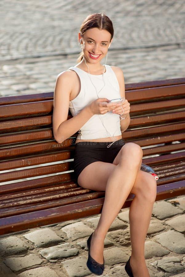 Giovane donna che si prepara all'aperto di mattina fotografia stock libera da diritti