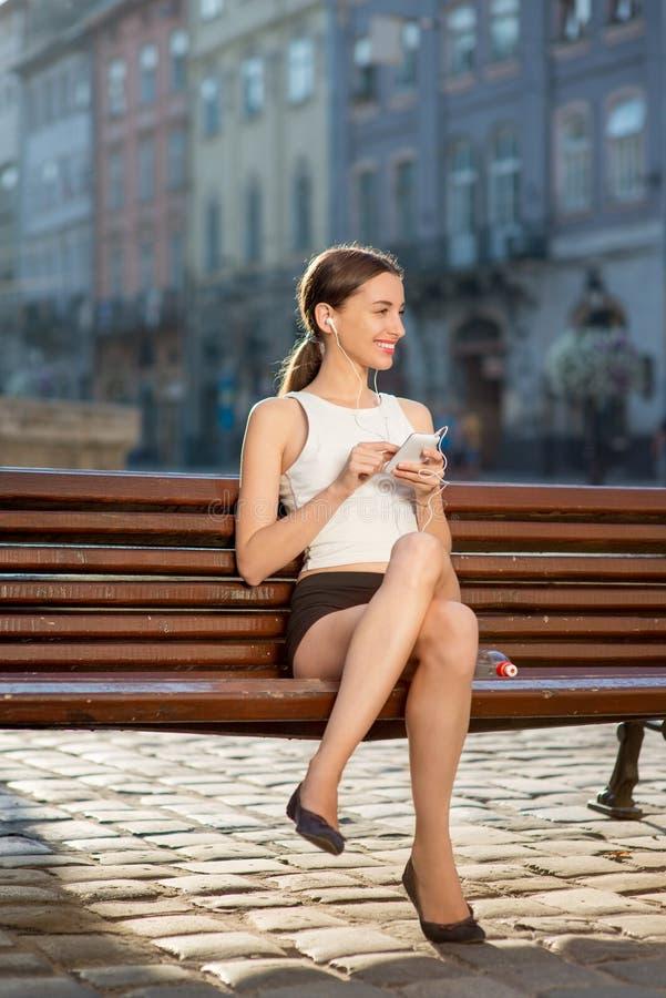 Giovane donna che si prepara all'aperto di mattina immagine stock