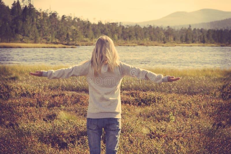 Giovane donna che si rilassa stile di vita sollevato mano all'aperto fotografie stock