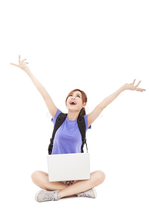 Giovane donna che si siede con il computer portatile immagini stock libere da diritti