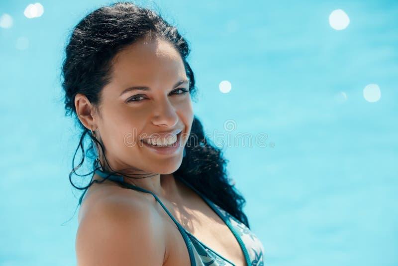 Giovane donna che si siede nella piscina fotografie stock