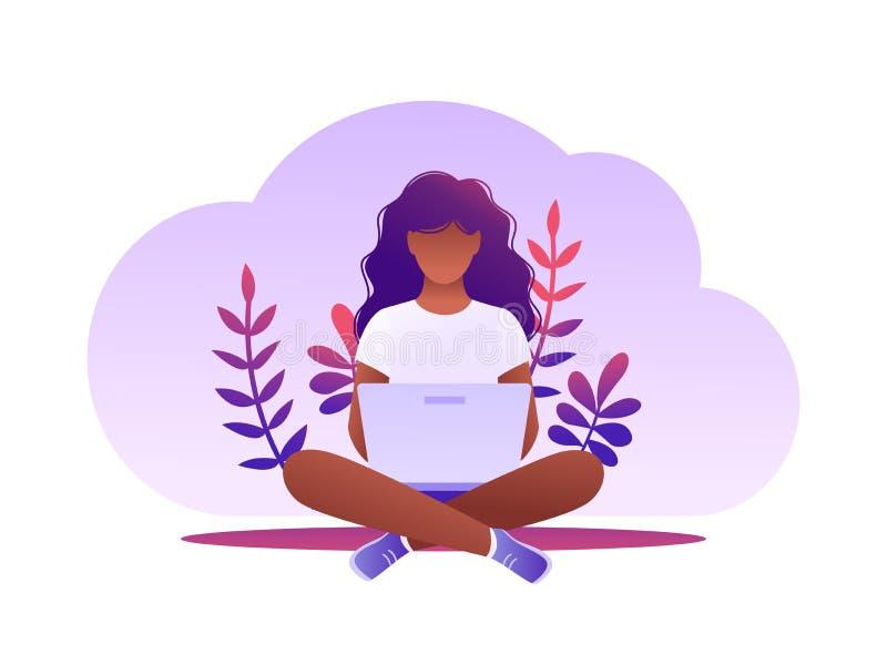Giovane donna che si siede sul pavimento con il computer portatile Indipendente, lavorando dalla casa, istruzione a distanza, acq immagini stock