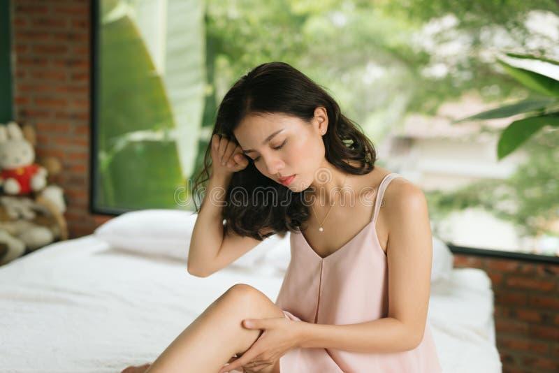 Giovane donna che soffre dal dolore in ginocchio fotografia stock libera da diritti