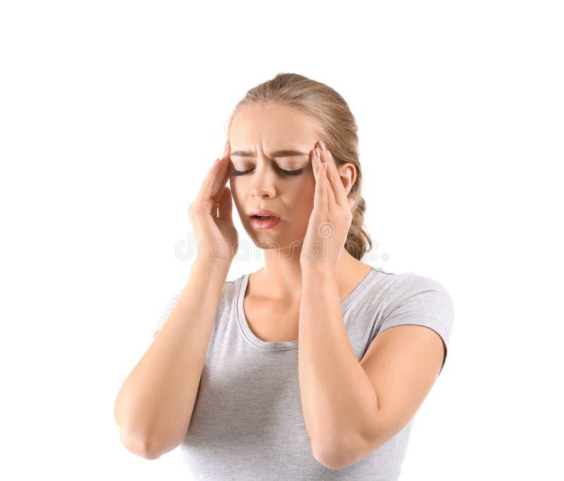Giovane donna che soffre dall'emicrania su fondo bianco fotografia stock