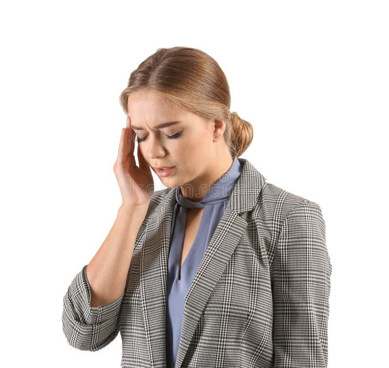Giovane donna che soffre dall'emicrania su fondo bianco immagine stock libera da diritti