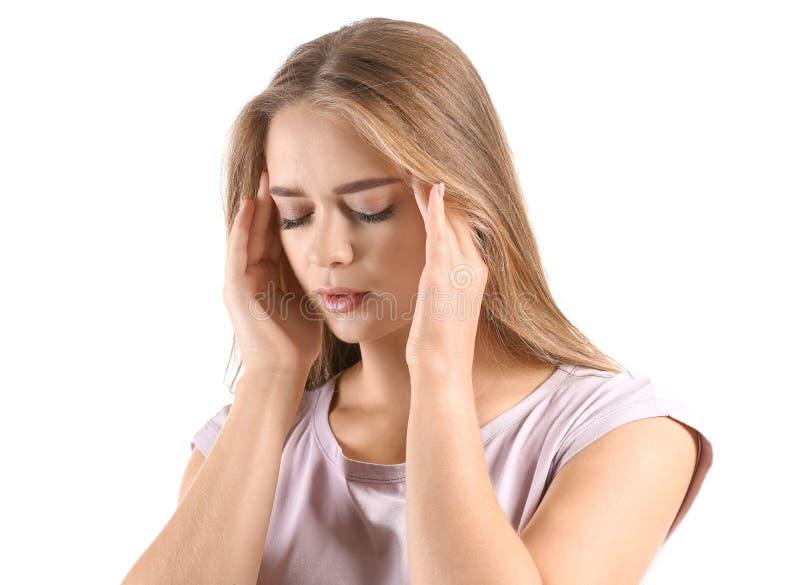 Giovane donna che soffre dall'emicrania su fondo bianco immagini stock