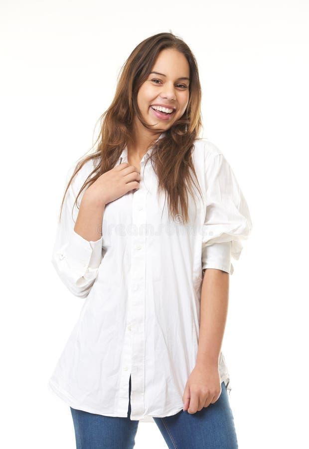 Giovane donna che sorride in camicia e jeans bianchi fotografia stock libera da diritti