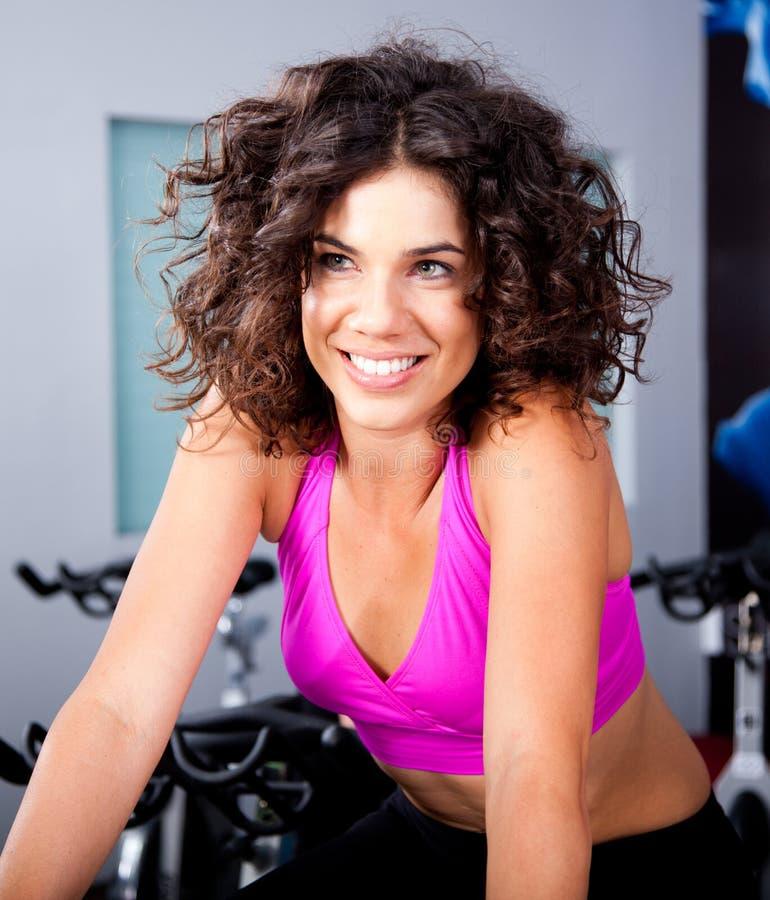Giovane donna che sorride facendo cardio esercitazione immagini stock libere da diritti